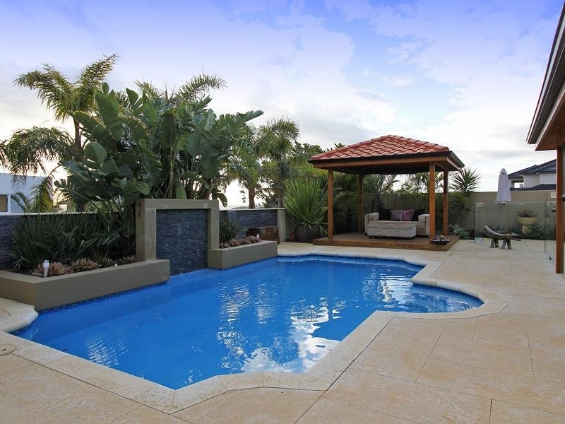 Modern pool design using tiles with retaining wall