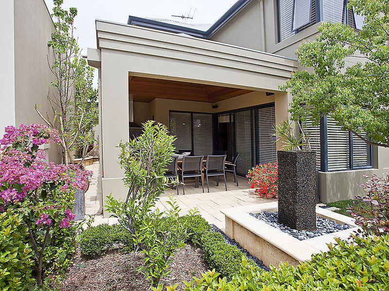 Low maintenance garden design using grass with balcony & hedging - Gardens photo 218513