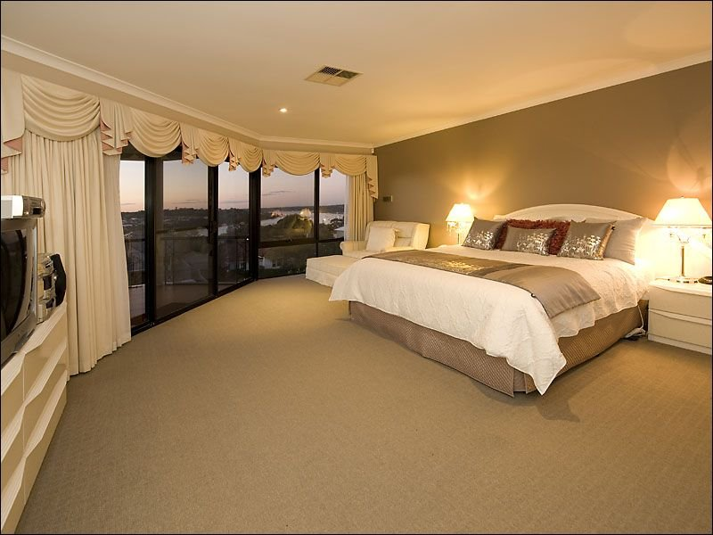 Classic bedroom design idea with carpet floor to ceiling for Feature wall bedroom designs