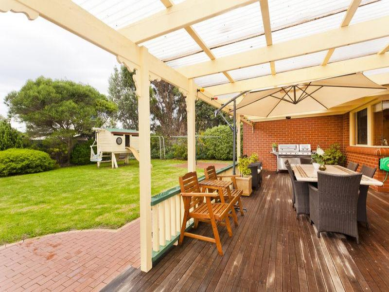 Indoor outdoor outdoor living design with bbq area for Outdoor living designs
