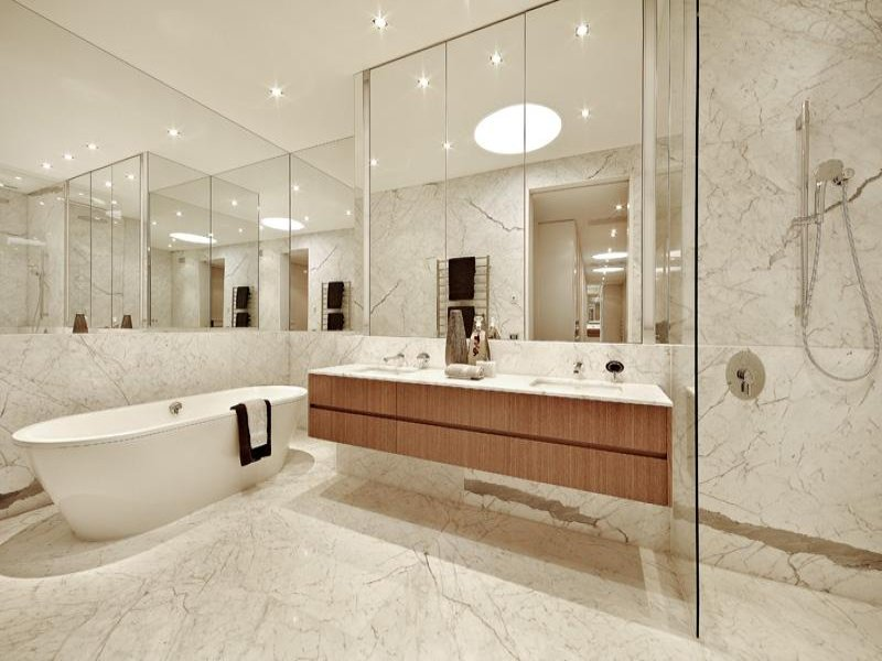 Period bathroom design with built in shelving using glass for Bathroom designs glass