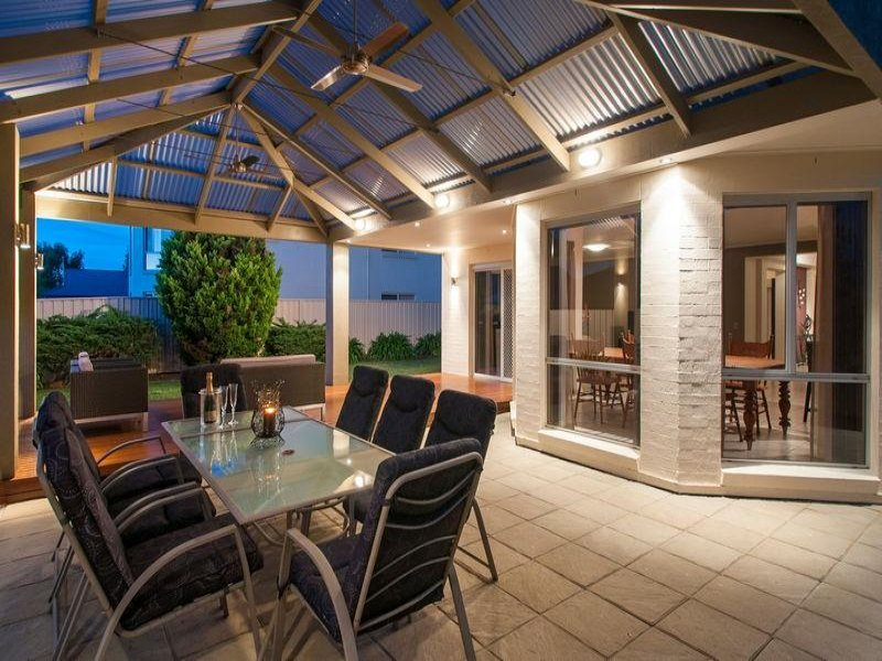 Enclosed Outdoor Living Design With Outdoor Dining