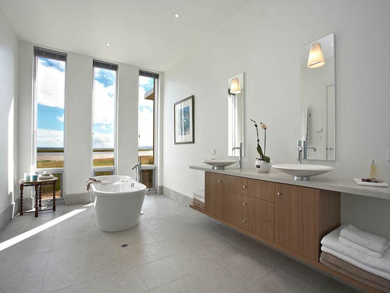 Modern bathroom design with floor to ceiling windows using for Modern bathroom window ideas