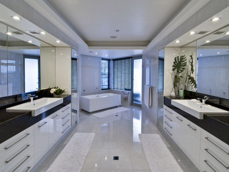 Modern bathroom design with spa bath using frameless glass for Bathroom design picture