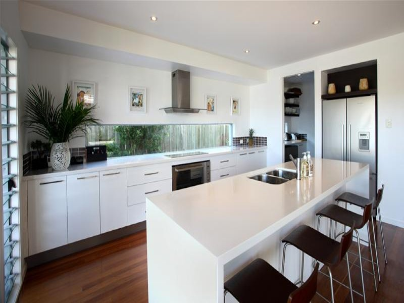 Modern Island Kitchen Design Using Hardwood Kitchen