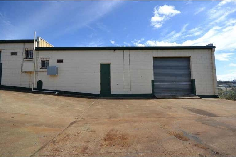 Unit 2/2 Stradbroke Street Rockville QLD 4350 - Image 1