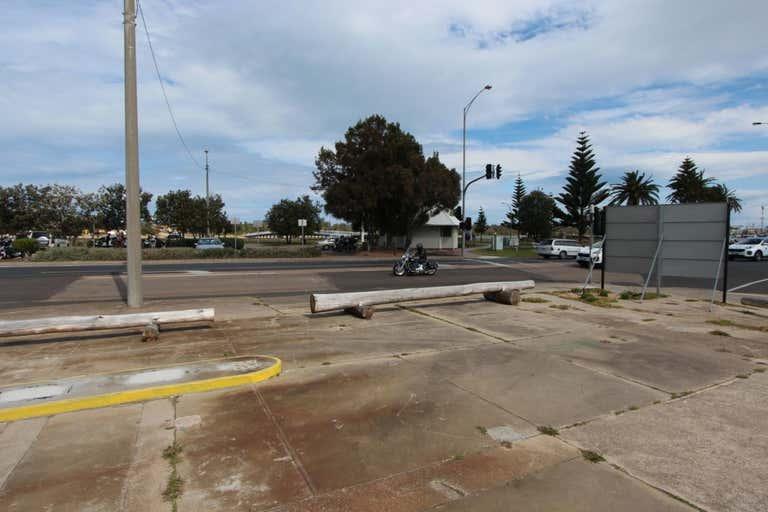 595 Esplanade Lakes Entrance VIC 3909 - Image 2