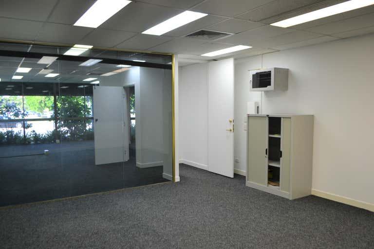 2/142 Bundall Road Bundall QLD 4217 - Image 4